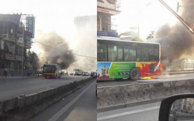 Hà Nội: Xe buýt chở nhiều khách bất ngờ bốc cháy giữa phố - Ảnh 1