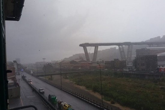 Italy: Kinh hoàng sập cầu cao 100m trên đường cao tốc, nhiều người thiệt mạng - Ảnh 1