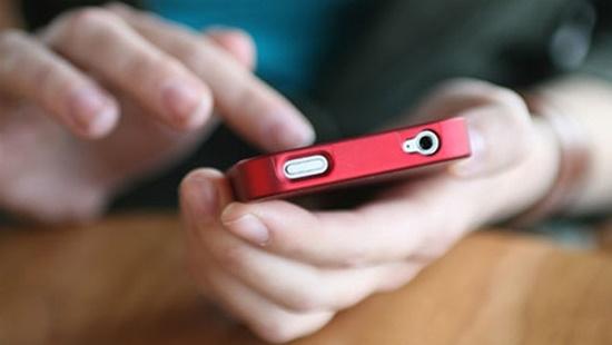 Đức: Cảnh báo tình trạng con đuối nước vì cha mẹ mải smartphone - Ảnh 1
