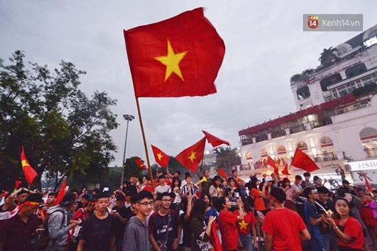 """Mặc mưa lớn, cổ động viên vẫn """"nhuộm đỏ"""" mọi nẻo đường vì Olympic Việt Nam - Ảnh 5"""