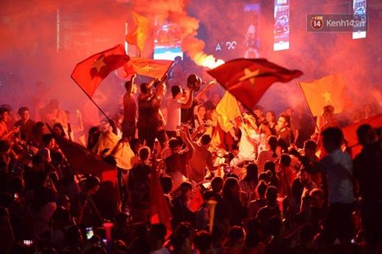 """Mặc mưa lớn, cổ động viên vẫn """"nhuộm đỏ"""" mọi nẻo đường vì Olympic Việt Nam - Ảnh 4"""