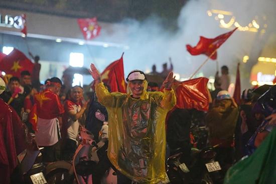 """Mặc mưa lớn, cổ động viên vẫn """"nhuộm đỏ"""" mọi nẻo đường vì Olympic Việt Nam - Ảnh 3"""
