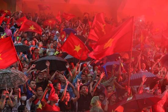 """Mặc mưa lớn, cổ động viên vẫn """"nhuộm đỏ"""" mọi nẻo đường vì Olympic Việt Nam - Ảnh 7"""