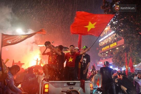 """Mặc mưa lớn, cổ động viên vẫn """"nhuộm đỏ"""" mọi nẻo đường vì Olympic Việt Nam - Ảnh 6"""