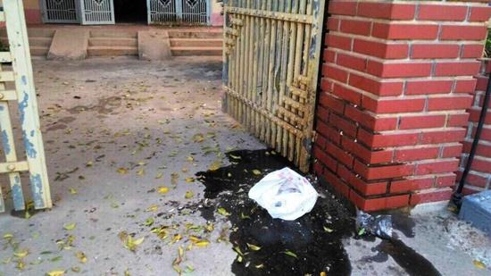 Điều tra nhóm đối tượng ném chất bẩn vào nhà để đòi nợ - Ảnh 1