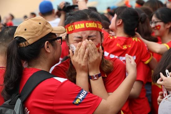 CĐV rơi lệ trên khán đài, ôm nhau bật khóc khi Olympic Việt Nam bỏ lỡ huy chương - Ảnh 4