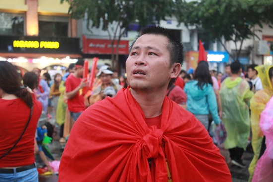 CĐV rơi lệ trên khán đài, ôm nhau bật khóc khi Olympic Việt Nam bỏ lỡ huy chương - Ảnh 5