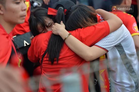 CĐV rơi lệ trên khán đài, ôm nhau bật khóc khi Olympic Việt Nam bỏ lỡ huy chương - Ảnh 6