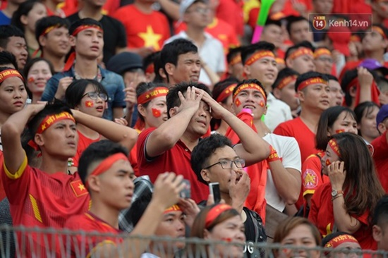 CĐV rơi lệ trên khán đài, ôm nhau bật khóc khi Olympic Việt Nam bỏ lỡ huy chương - Ảnh 7