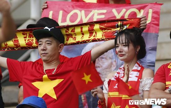 CĐV rơi lệ trên khán đài, ôm nhau bật khóc khi Olympic Việt Nam bỏ lỡ huy chương - Ảnh 3