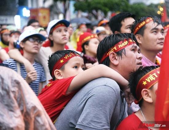 CĐV rơi lệ trên khán đài, ôm nhau bật khóc khi Olympic Việt Nam bỏ lỡ huy chương - Ảnh 2