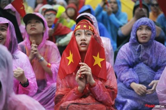 CĐV rơi lệ trên khán đài, ôm nhau bật khóc khi Olympic Việt Nam bỏ lỡ huy chương - Ảnh 1