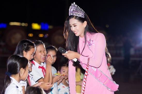 Hoa hậu Tiểu Vy quấn quýt bên các em nhỏ trong dịp Trung thu - Ảnh 8