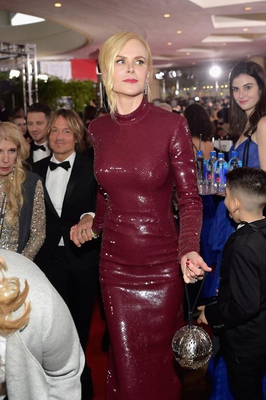 Cô gái bưng nước gây náo loạn thảm đỏ Quả cầu Vàng khiến sao Hollywood phẫn nộ - Ảnh 3