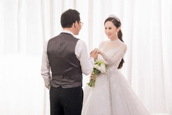 NSND Trung Hiếu hé lộ ảnh cưới ngọt ngào với cô dâu kém 19 tuổi - Ảnh 3