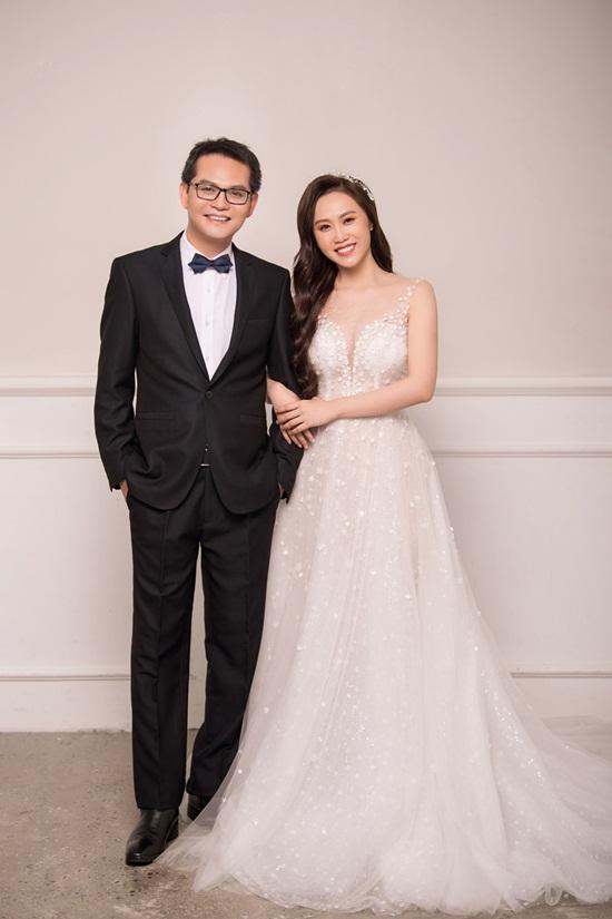 NSND Trung Hiếu hé lộ ảnh cưới ngọt ngào với cô dâu kém 19 tuổi - Ảnh 1
