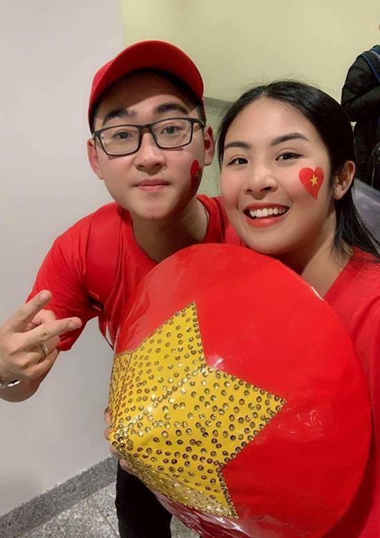 Hoa hậu Ngọc Hân mang áo dài tự thiết kế sang UAE cổ vũ ĐT Việt Nam - Ảnh 4