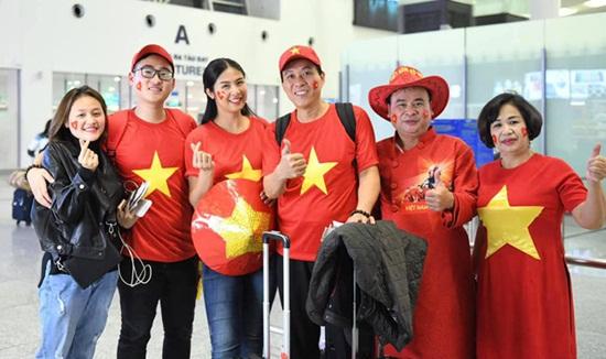 Hoa hậu Ngọc Hân mang áo dài tự thiết kế sang UAE cổ vũ ĐT Việt Nam - Ảnh 1