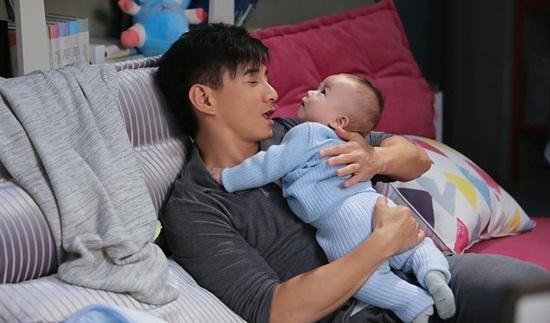 Ngô Kỳ Long học chăm sóc em bé để đón con đầu lòng với Lưu Thi Thi - Ảnh 2