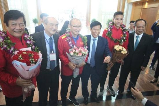Thầy trò HLV Park Hang-seo cười tươi rói vẫy tay với người hâm mộ khi vừa đến sân bay - Ảnh 4