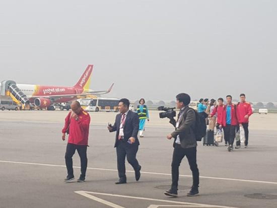 Thầy trò HLV Park Hang-seo cười tươi rói vẫy tay với người hâm mộ khi vừa đến sân bay - Ảnh 8