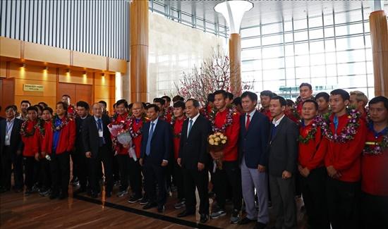 Tuyển Việt Nam nhận lì xì của Bộ trưởng Bộ VHTT&DL khi vừa tới sân bay - Ảnh 1