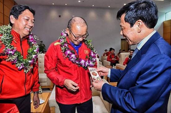 Tuyển Việt Nam nhận lì xì của Bộ trưởng Bộ VHTT&DL khi vừa tới sân bay - Ảnh 2