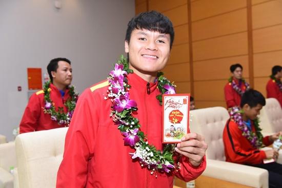 Tuyển Việt Nam nhận lì xì của Bộ trưởng Bộ VHTT&DL khi vừa tới sân bay - Ảnh 4