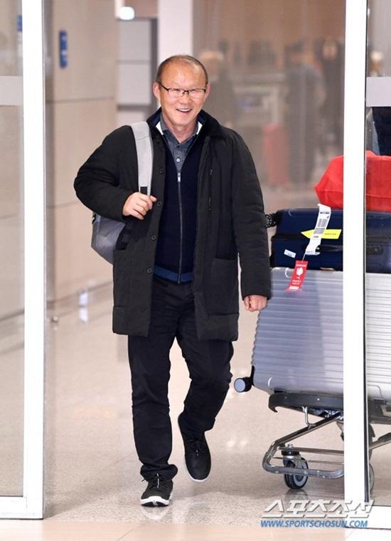HLV Park Hang-seo được truyền thông quây kín tại sân bay khi vừa về Hàn Quốc - Ảnh 1
