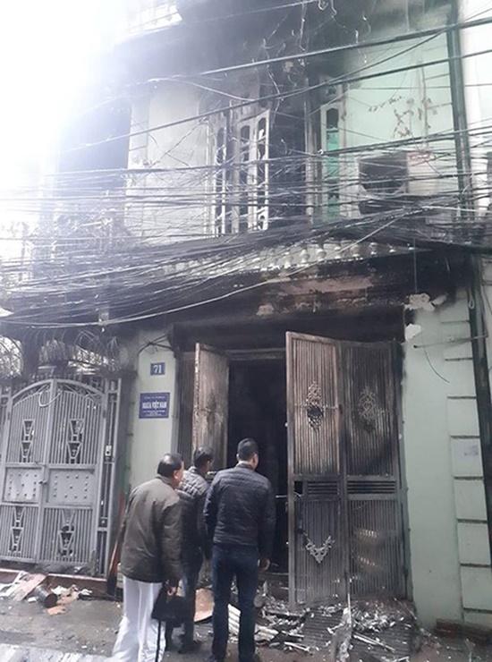 Lửa thiêu rụi nhà 4 tầng ở Hà Nội, 2 người bị thương - Ảnh 2