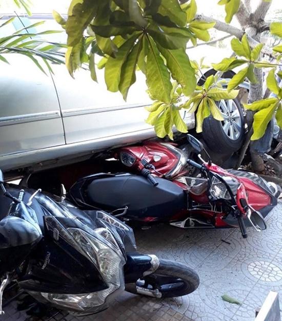 Người phụ nữ lùi ô tô từ nhà ra đường cuốn 4 xe máy vào gầm - Ảnh 2