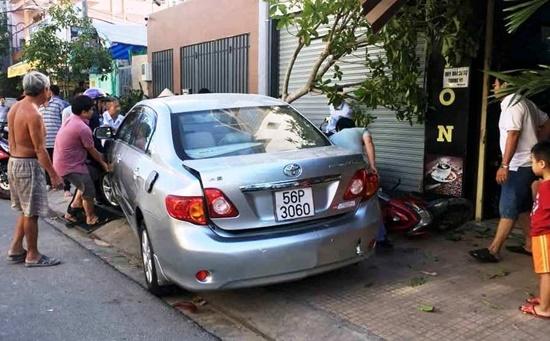 Người phụ nữ lùi ô tô từ nhà ra đường cuốn 4 xe máy vào gầm - Ảnh 1