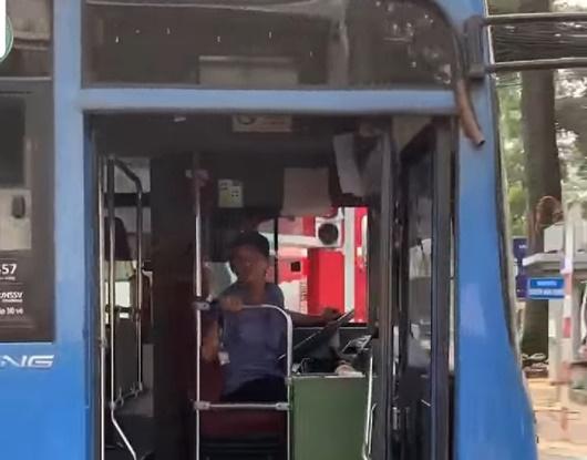 TP.HCM: Tài xế xe buýt nhổ nước bọt vào người đi đường bị sa thải - Ảnh 1
