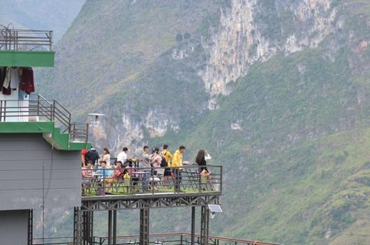 Mã Pì Lèng Panorama đổi màu sơn thành xanh lá trước nguy cơ bị tháo dỡ - Ảnh 2