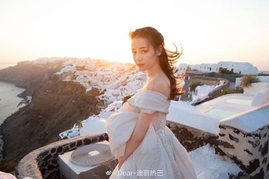 Địch Lệ Nhiệt Ba leo thẳng lên top tìm kiếm xứ Trung vì quá xinh đẹp khi diện váy cưới - Ảnh 1