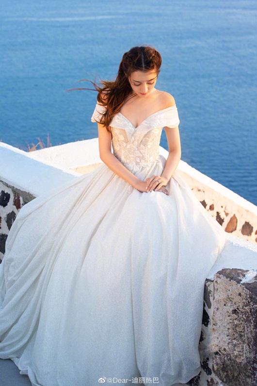 Địch Lệ Nhiệt Ba leo thẳng lên top tìm kiếm xứ Trung vì quá xinh đẹp khi diện váy cưới - Ảnh 2