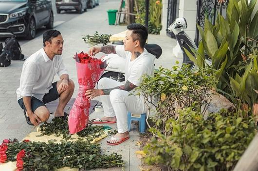 Ngày 20/10, Tuấn Hưng dậy từ sớm tinh mơ đi mua hoa, tự tay gói tặng mẹ và vợ - Ảnh 3