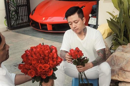 Ngày 20/10, Tuấn Hưng dậy từ sớm tinh mơ đi mua hoa, tự tay gói tặng mẹ và vợ - Ảnh 5