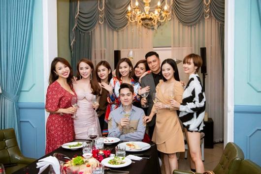 Việt Anh khoe dịp hiếm hoi tụ họp cùng hội bạn thân đình đám toàn trai xinh gái đẹp - Ảnh 1
