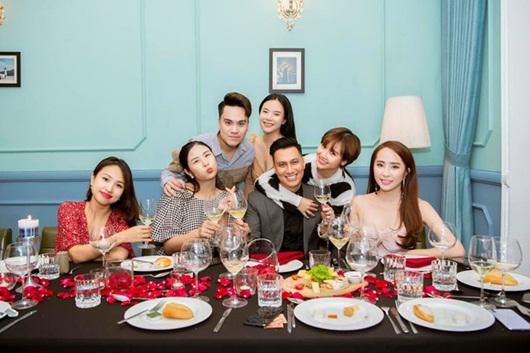 Việt Anh khoe dịp hiếm hoi tụ họp cùng hội bạn thân đình đám toàn trai xinh gái đẹp - Ảnh 2