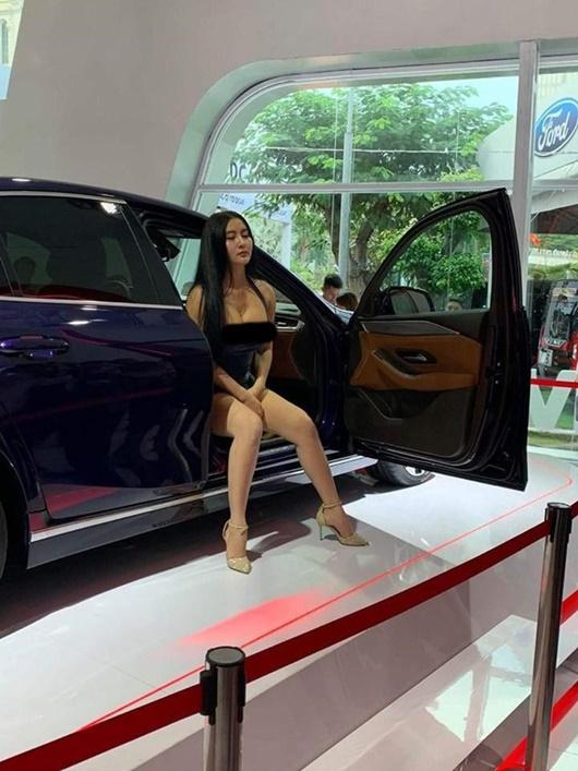 Người mẫu diện hở táo bạo, tạo dáng phản cảm tại Vietnam Motor Show 2019 là ai? - Ảnh 2