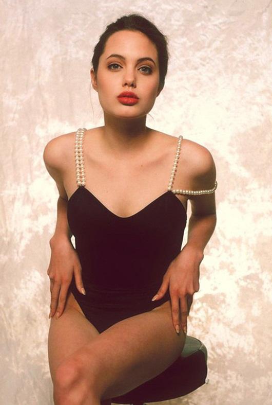 """Hé lộ loạt ảnh bikini quyến rũ """"chết người"""" của Angelina Jolie năm 16 tuổi - Ảnh 2"""