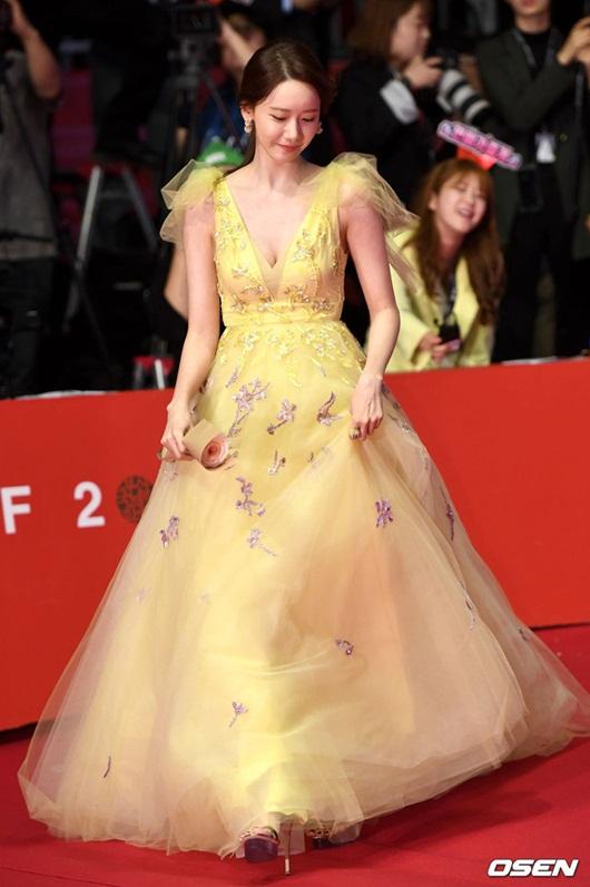 """Nhan sắc cực phẩm khiến """"nữ thần"""" Yoona chiếm spotlight thảm đỏ LHP Busan - Ảnh 3"""