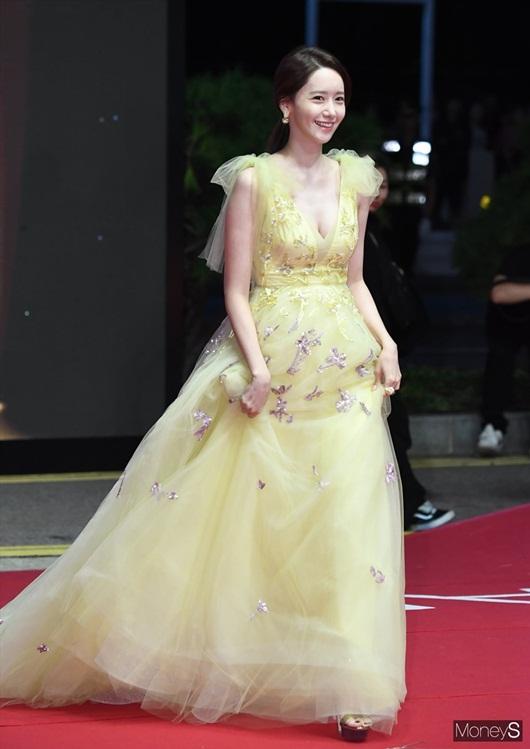 """Nhan sắc cực phẩm khiến """"nữ thần"""" Yoona chiếm spotlight thảm đỏ LHP Busan - Ảnh 2"""