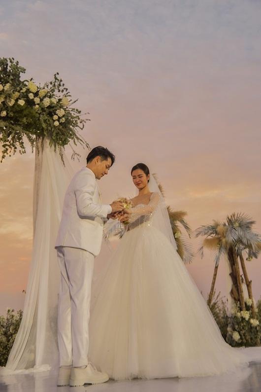 """Fan """"soi"""" được Ông Cao Thắng đi giày độn đế trong đám cưới với Đông Nhi - Ảnh 1"""