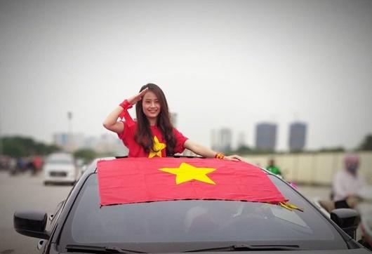 """CĐV Việt diễu hành khắp phố, """"nhuộm đỏ"""" Mỹ Đình cổ vũ tuyển Việt Nam - Ảnh 10"""
