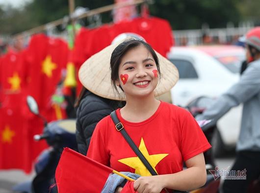 """CĐV Việt diễu hành khắp phố, """"nhuộm đỏ"""" Mỹ Đình cổ vũ tuyển Việt Nam - Ảnh 9"""