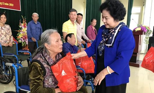 Thanh Hóa: Trao tặng xe lăn và quà cho người khuyết tật - Ảnh 1