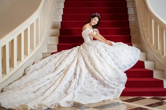 Á hậu Hoàng Oanh hé lộ ảnh cưới đẹp lung linh, vẫn quyết không lộ mặt chú rể - Ảnh 1