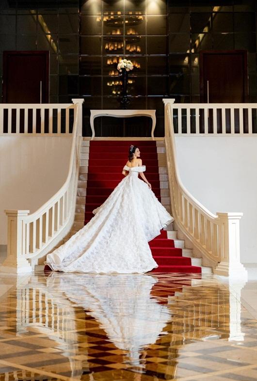 Á hậu Hoàng Oanh hé lộ ảnh cưới đẹp lung linh, vẫn quyết không lộ mặt chú rể - Ảnh 2